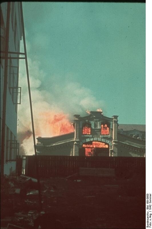 1942年夏,スターリングラードに進撃する途上,炎上する建物